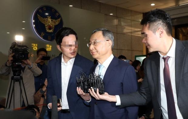 황창규 KT 회장이 작년 4월 17일 정치자금법 위반 피의자 신분으로 서대문 경찰청에 출석하고 있다. (사진=연합뉴스)