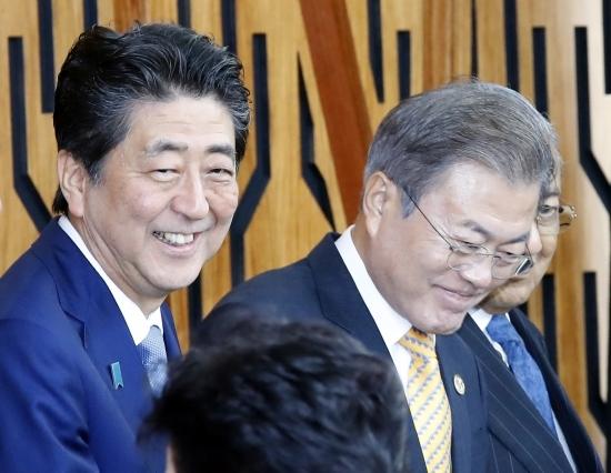 문재인 대통령이 지난해 11월 17일 파푸아뉴기니 포트모레스비 APEC하우스에서 열린 'APEC 기업인 자문위원회(ABAC) 간담회'에 참석해 아베 신조(왼쪽) 일본 총리 등 각국 정상들과 기념촬영을 하고 있다. 뉴시스