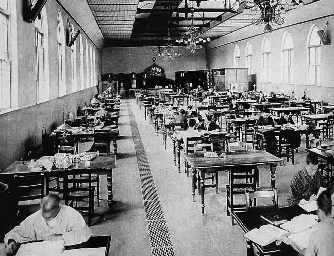 東京帝国大学図書館で勉強している学生の姿。 複数帝国大学の中で、東京帝国大学法学部(法律学・政治学など)の威勢は圧倒的だった。 朝鮮の若者たちは、植民地時代の青年が受ける差別を一挙に克服しようとする熱心に帝国大学の門を叩いた。 ヒューマニスト提供