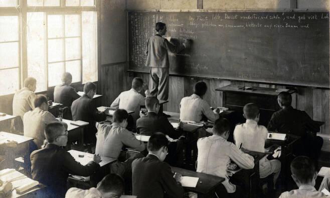 台湾に設立されたダイフォーク帝国大学の授業時間様子。 ヒューマニスト提供