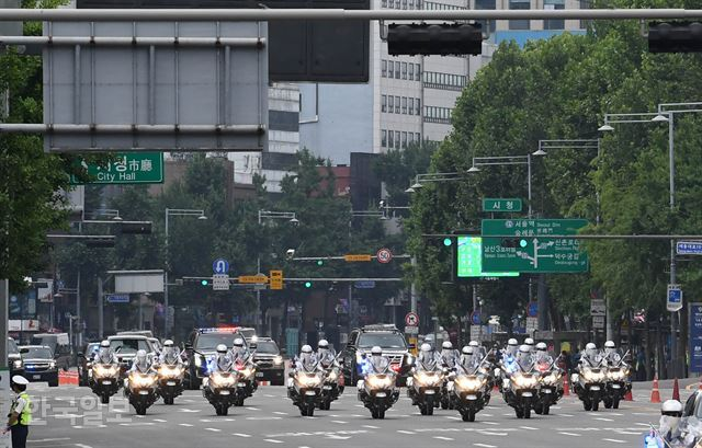 30일 오전 도널드 트럼프 미국 대통령이 탑승한 경호차량 캐딜락 원 '비스트' 가 서울 광화문 거리를 지나 청와대를 향하고 있다. 서재훈 기자