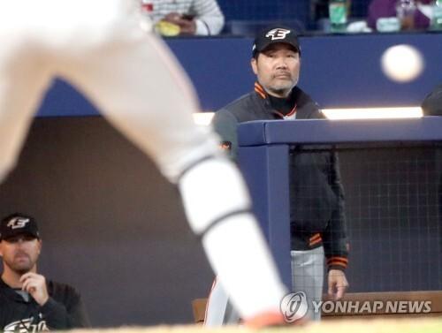 한용덕 한화 감독이 무표정하게 경기를 지켜보고 있다.