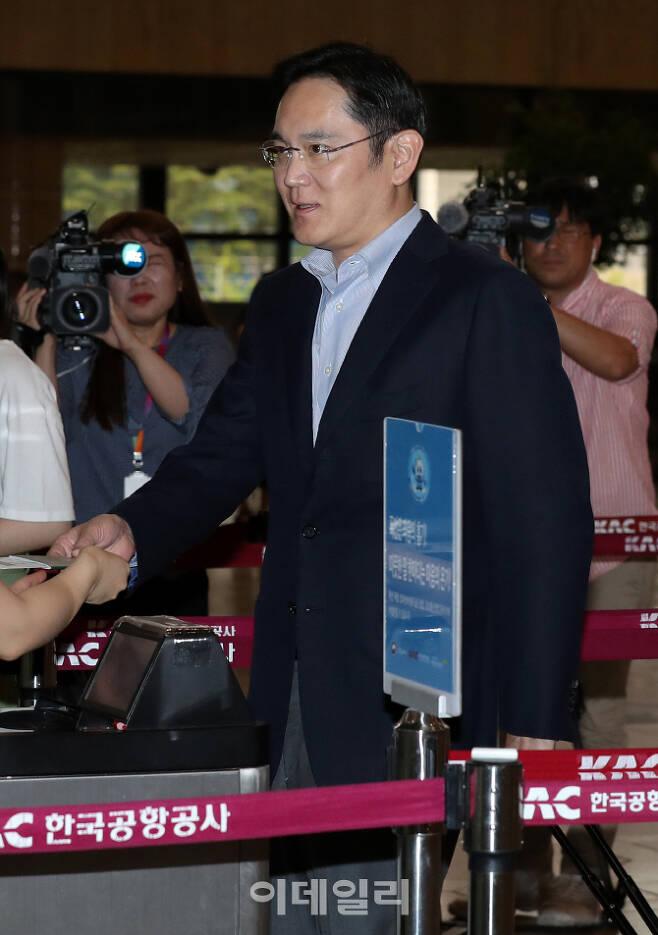 [이데일리 방인권 기자] 이재용 삼성전자 부회장이 지난 7일 오후 서울 강서구 김포공항을 통해 일본으로 출국하고 있다.