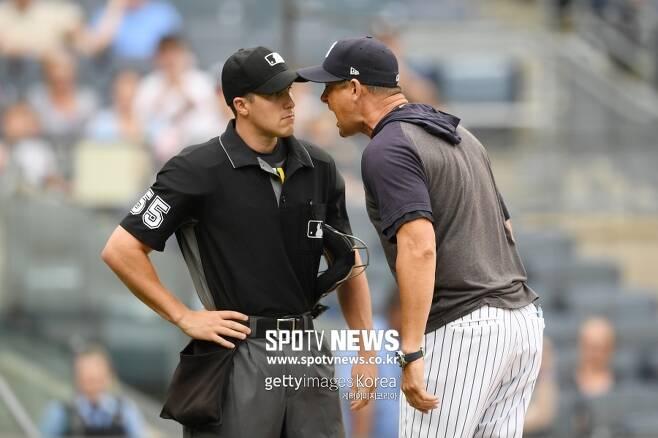 ▲ 주심 브레넌 밀러(왼쪽)에게 항의하는 애런 분 뉴욕 양키스 감독.