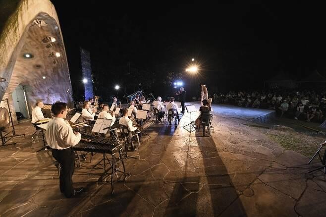 지난해 열린 제주국제관악제 기간 서귀포시 천지연폭포 야외공연장에서 펼쳐진 공연. 조직위원회 제공