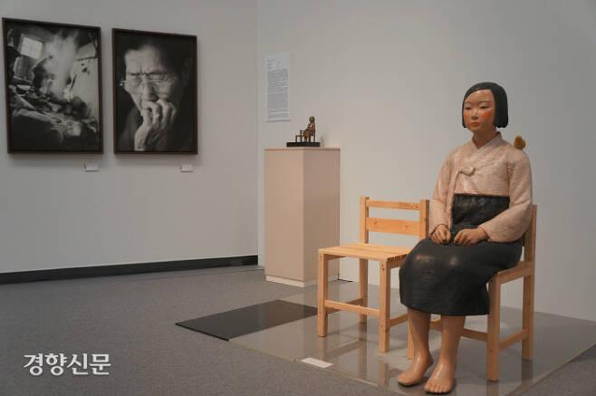 '평화의 소녀상'이 1일 일본 나고야에서 개막된 '아이치 트리엔날레 2019'의 '표현의 부자유-그후'에서 전시되고 있다. 왼쪽은 사진가 안세홍의 위안부 피해자 할머니 사진. 나고야|김진우특파원
