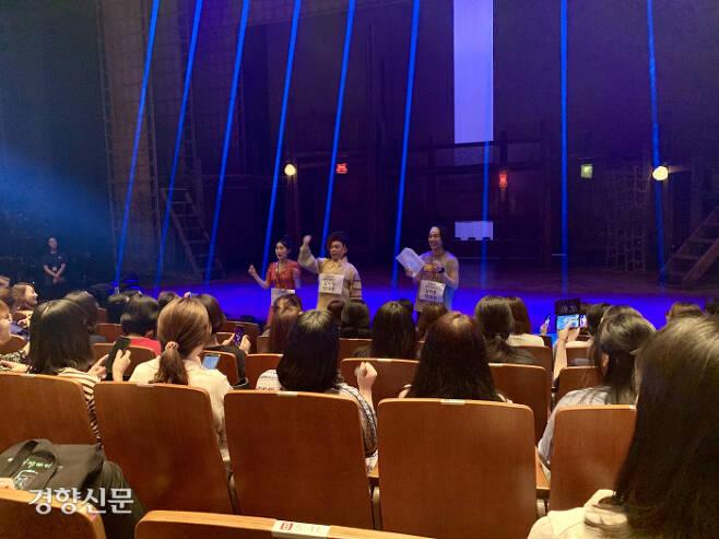 지난 1일 뮤지컬 <스웨그에이지: 외쳐, 조선!> 싱얼롱 데이의 막이 오르기 전 관객들이 '싱얼롱 안내원'들과 함께 주요 곡을 예습하고 있다.