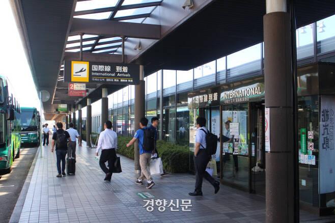 지난 5일 오카야마모모타로공항의 국제선 출입구. 윤희일 선임기자