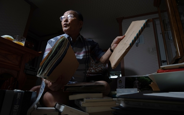 우키시마호 생존자인 장영도 옹이 8월6일 광주 자택에서 우키시마호 사건과 관련된 자료를 보여주며 당시 상황을 설명했다. 김진수 기자