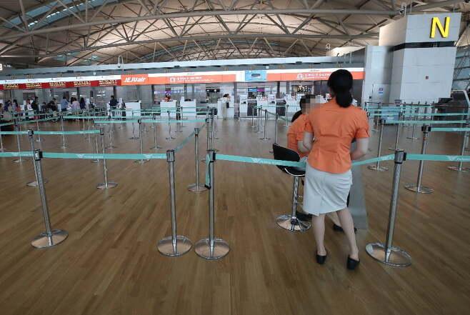 2019년 8월 1일 오전 인천국제공항 1터미널 한 항공사 수속 카운터가 일본 여행 거부 운동으로 한산한 모습을 보이고 있다. 여행업계에 따르면 국내 해외여행객 유치 1·2위 업체인 하나투어와 모두투어의 일본 여행 신규 예약자 수는 일본 여행 거부 운동이 본격화된 지난달에만 전년 동기 대비 70~80% 급감했다. 사진=연합뉴스