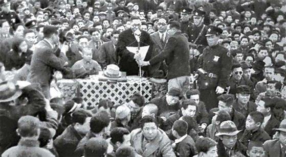 해방정국의 신탁통치 반대 전국 집회에서 연설하는 김구 선생. [사진 박보균 대기자]