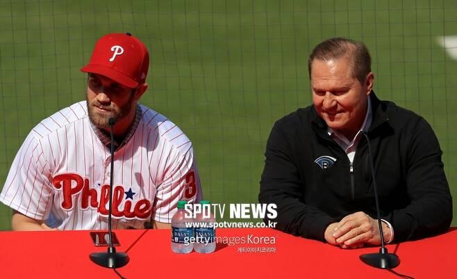 ▲ 스캇 보라스(오른쪽)는 올 시즌을 앞두고 브라이스 하퍼를 필라델피아에 입단시켰다.