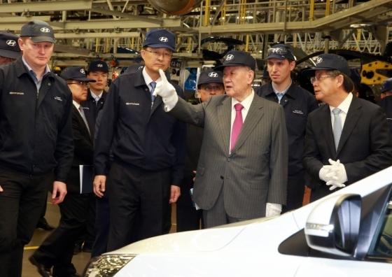 정몽구 현대차그룹 회장이 2016년 8월 3일(현지시간) 러시아 현대차 공장을 방문해 당시 생산에 들어간 소형 SUV 크레타의 품질을 점검하고 있는 모습./사진제공=현대자동차
