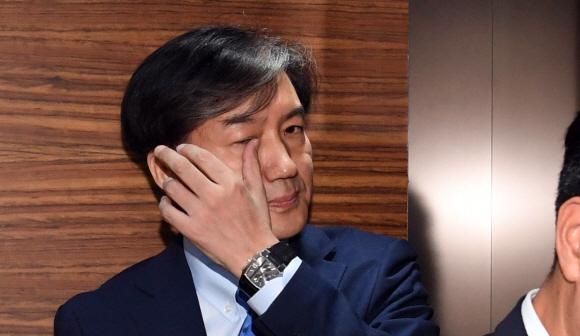 조국 법무장관 후보자가 20일 오전 인사청문회 사무실이 꾸려진 종로구 적선현대빌딩에 출근하고 있다. 2019.8.20 정연호 기자 tpgod@seoul.co.kr