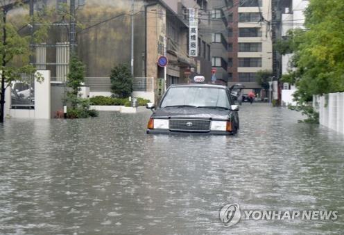 日 규슈지역 폭우로 물에 잠긴 택시 (사가 교도=연합뉴스) 28일 일본 규슈 지역에 쏟아진 폭우로 사가(佐賀)현 사가시 도로에서 택시 1대가 물에 잠긴 채 서 있다. 2019.9.28       [교도 제공. 재판매 및 DB 금지]      bkkim@yna.co.kr
