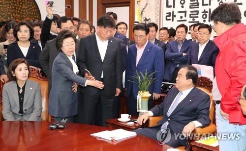 자유한국당 의원들과 설전 벌이는 문희상 국회의장 [연합뉴스 자료사진]