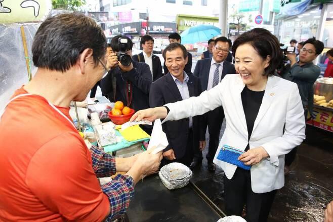 박영선 중소벤처기업부 장관이 6월 제주 서귀포매일올레시장을 방문해 장을 보고 있다. /사진=중소벤처기업부