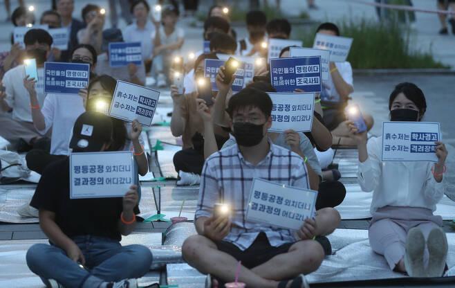 9일 오후 부산대 정문에서 재학생과 졸업생들이 조국 법무부 장관 임명을 반대하는 세 번째 촛불집회를 열고 있다. 연합뉴스