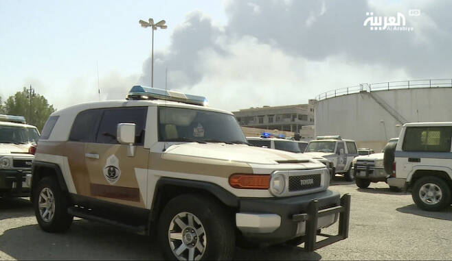 예멘 반군의 드론 공격을 받은 사우디아라비아 국영석유회사 아람코의 석유시설에서 연기가 피어오르고 있다고 사우디 방송이 14일(현지시간) 보도했다.  AP연합뉴스