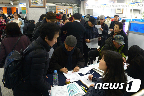 서울 마포구청에서 어르신들이 취업상담을 받고 있다.  © News1 황기선 기자