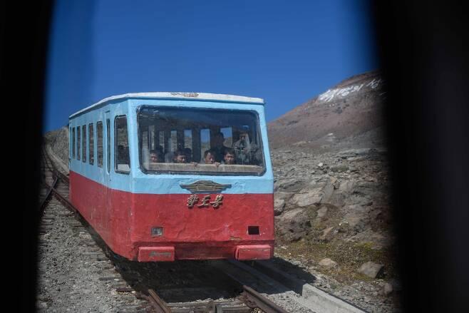백두산 정상으로 가는 케이블 기차. [AFP =연합뉴스]