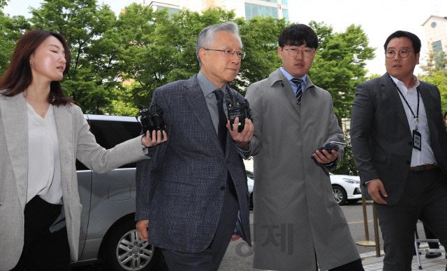 'KT 부정채용' 혐의를 받는 이석채 전 KT 회장이 지난 4월 서울남부지법에서 열린 구속영장실질심사에 출석하고 있다./연합뉴스