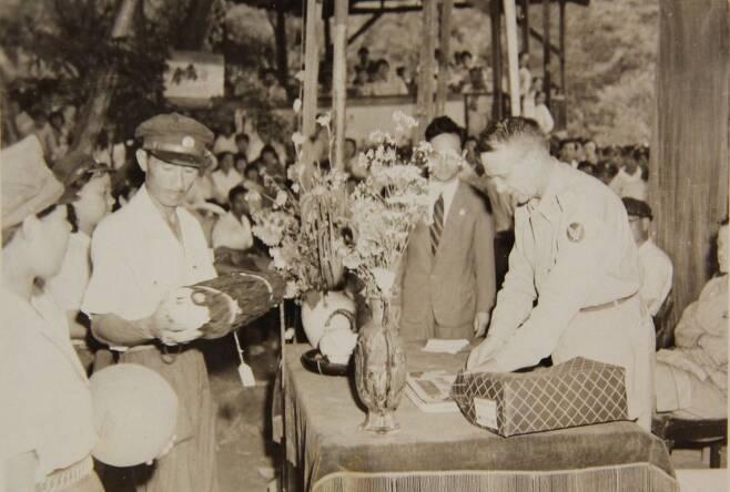 1948년 8월5일 미군 한국대표단 고문인 보스 중령이 서울 우이동의 대한민족청년단(족청) 캠프에서 단원들에게 운동기구를 선물하고 있다. 족청 역시 대표적인 우익 단체였다. 국사편찬위 전자사료관
