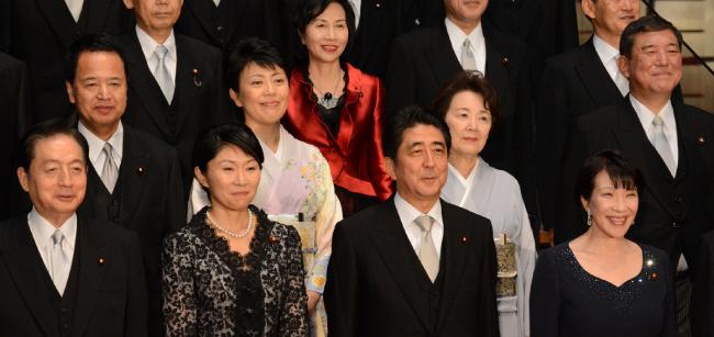 9월 3일 개각으로 새로 출발한 일본 아베 신조(왼쪽에서 세번째) 내각의 각료 대부분이 우익 성향 단체인 '일본회의'에 소속된 것으로 알려졌다. [신화=뉴시스]