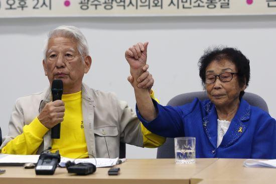 다카하시 마코토 대표가 근로정신대 피해자 양금덕 할머니의 손을 잡고 있다. 연합뉴스
