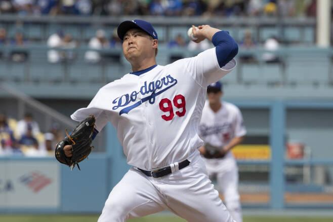 LA 다저스 류현진이 23일 콜로라도전에서 힘껏 공을 던지고 있다. | AP연합뉴스