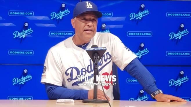 ▲ LA 다저스 데이브 로버츠 감독이 23일(한국시간) 콜로라도 로키스전에서 7-4로 승리한 뒤 공식 인터뷰에서 밝은 표정으로 대답하고 있다. ⓒLA(미국 캘리포니아주), 양지웅 통신원