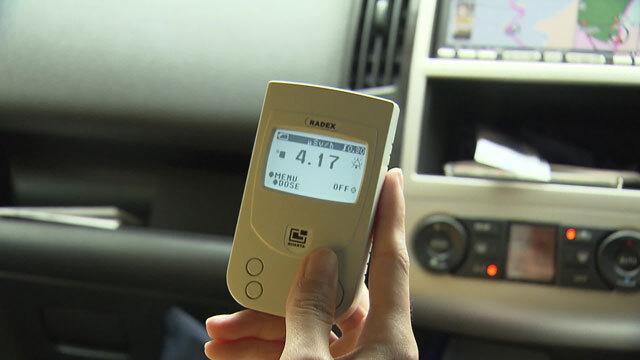 여전히 후쿠시마 원전 근처 도로나 마을에선 기준치를 훌쩍 뛰어넘는 방사능 수치가 측정되고 있습니다.