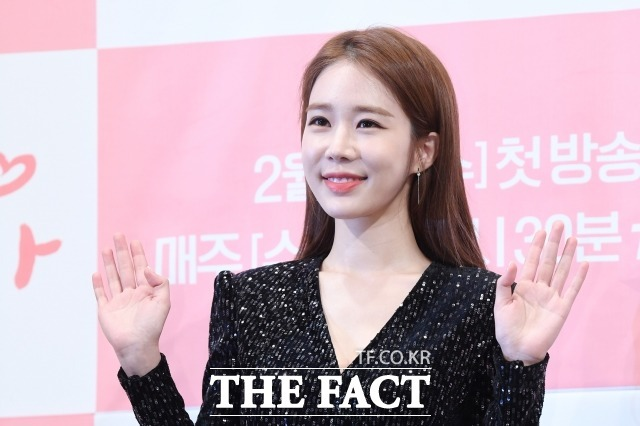 배우 유인나가 십년지기 매니저 결혼식에서 사회를 맡았다. /남용희 기자