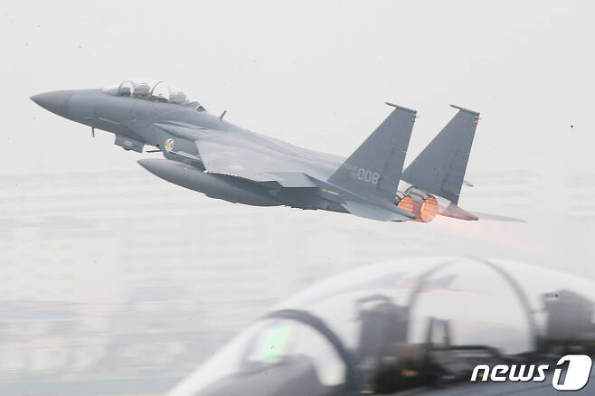 제71주년 '국군의 날' 기념식이 열린 1일 대구 공군기지(제11전투비행단)에서 F-15K 전투기가 임무수행을 위해 이륙하고 있다. 2019.10.1/뉴스1 © News1 공정식 기자