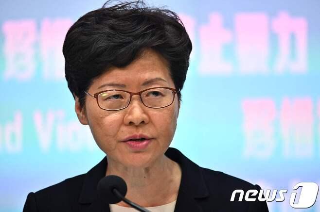 4일 기자회견을 열고 복면금지법 시행을 발표하는 캐리 람 홍콩 행정장관. © AFP=뉴스1