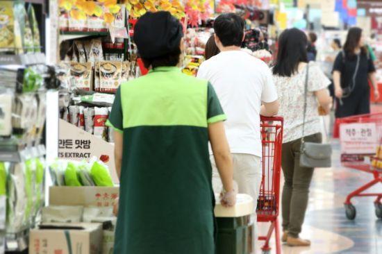 공식 소비자물가 상승률이 사상 처음 마이너스로 집계됐다. 1일 통계청의 '소비자물가 동향'에 따르면 9월 소비자물가지수는 105.2(2015년=100)로 1년 전보다 0.4% 하락했다. [이미지출처=연합뉴스]