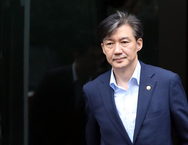 조국 법무부 장관이 8일 오전 서울 서초구 자택을 나서고 있다./연합뉴스