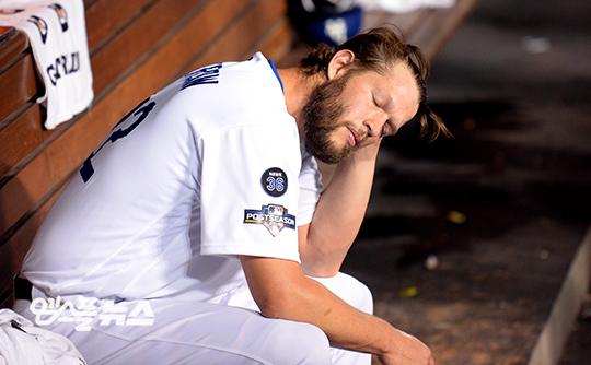 백투백 홈런을 허용한 커쇼가 힘없이 덕아웃에 앉아있다(사진=엠스플뉴스 조미예 특파원)