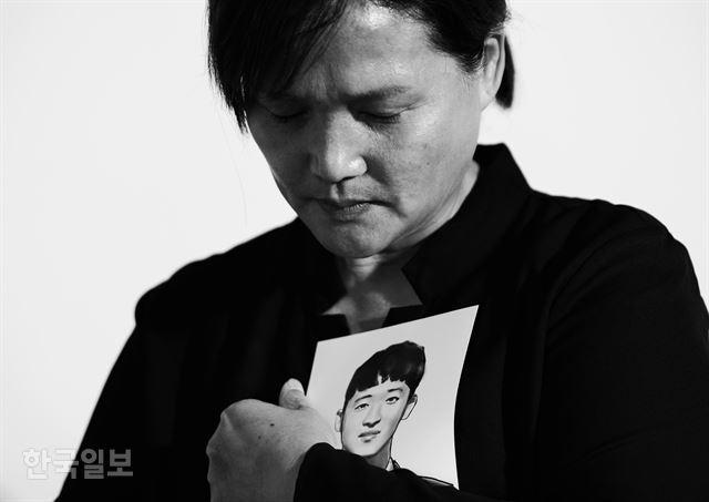 태안화력발전소에서 참변을 당한 비정규직 노동자 고 김용균씨의 어머니 김미숙씨가 아들의 사진을 그린 그림을 안고 있다. 생전 용균씨는 엄마에게 뽀뽀를 할 정도로 애교가 많았고, 김미숙씨도 아들을 뒤에서 안아주는 걸 좋아했다고 한다. 박형기 인턴기자
