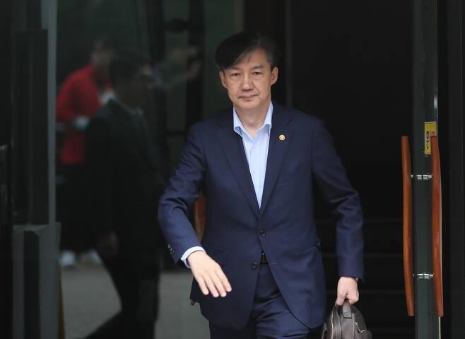 조국 법무부 장관이 10일 오전 서울 서초구 방배동 자택을 나서고 있다. 연합뉴스