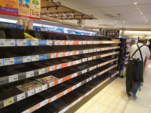 초대형 태풍인 제19호 태풍 하기비스가 일본에 접근하는 11일 도쿄의 한 슈퍼마켓의 매대가 태풍에 대비한 사재기로 텅텅 비어있다. 일본에서는 태풍 피해에 대비해 생수와 비상식품 등 생활필수품을 준비하도록 권고하고 있다. 도쿄=김청중 특파원
