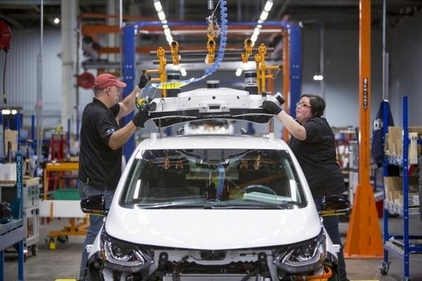 미국 미시간주 오리온 타운십의 GM 공장 근로자들이 볼트EV 차량을 만들고 있다./한국GM 제공