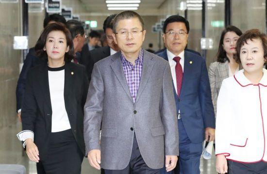 자유한국당 황교안(가운데) 대표를 비롯한 지도부가 14일 당 최고위원회의에 들어서고 있다. 연합뉴스
