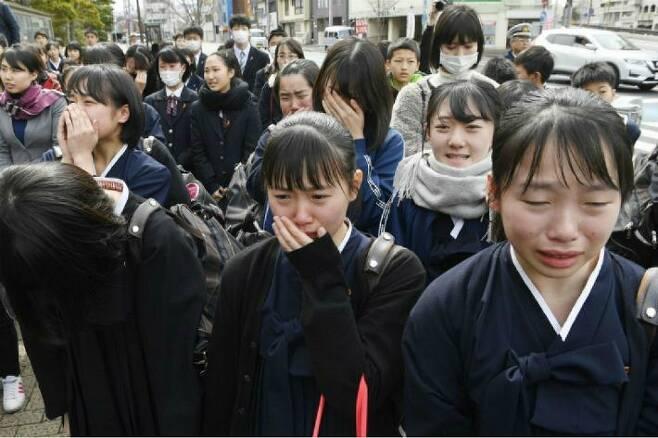 지난 3월 일본 후쿠오카(福岡)지법 고쿠라(小倉)지부가 규슈(九州)조선중고급학교 졸업생 68명이 일본 정부를 상대로 750만엔(약 7천500만원)의 손해배상을 청구한 소송에서 원고의 청구를 기각하자 법원 주변에 있던 이 학교의 여학생들이 눈물을 흘리는 모습. (사진=연합뉴스)