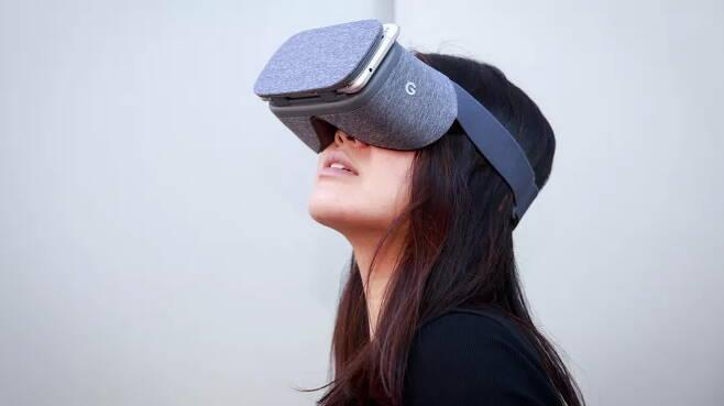 구글 VR HMD '데이드림 뷰' 착용한 모습 /사진=구글