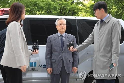 취재진 질문 듣는 'KT 부정채용 정점' 이석채 前회장 [연합뉴스 자료사진]