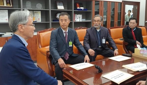 22일 오후 정교모 집행위원들이 국회 법제사법위원장인 여상규 자유한국당 의원을 만나 공수처 법안의 문제점에 대해 얘기하고 있다. /최지희 기자