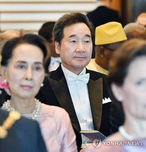 나루히토 일왕 즉위 행사 참석한 이낙연 총리 (도쿄 교도=연합뉴스) 이낙연 국무총리가 22일 오후 일본 도쿄(東京) 소재 고쿄(皇居)의 규덴(宮殿)에서 나루히토 일왕의 즉위를 일본 안팎에 알리는 행사인 '소쿠이레이세이덴노기'에 참석하고 있다. 2019.10.22 sewonlee@yna.co.kr
