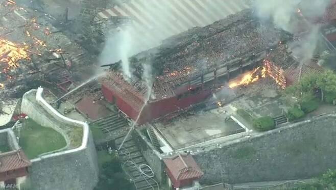 31일 현지 소방관들이 슈리성의 화재를 진압하고 있다. [트위터]