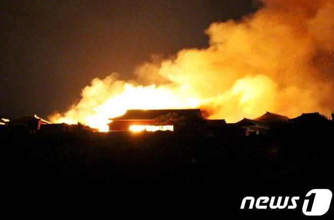 지난 31일 일본 오키나와현 나하시 슈리성(首里城)에서 화재가 발생해 주요 건물 4곳이 전소됐다. © AFP=뉴스1